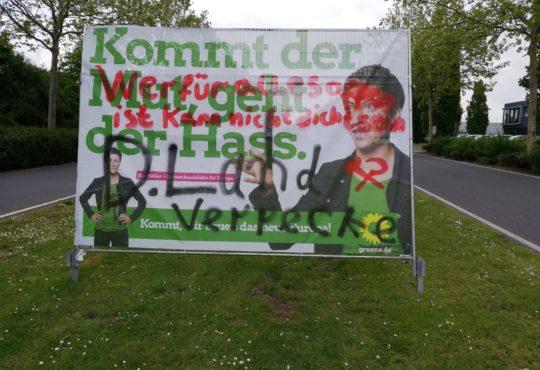 Ein beschmiertes Wahlplakat im Stahlwerk Becker